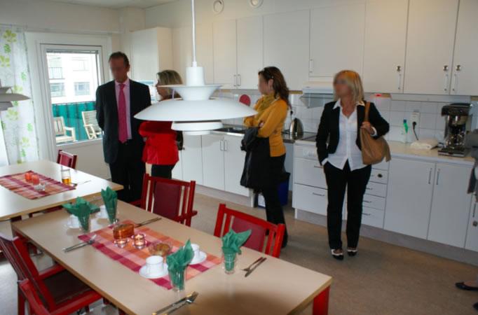 La vida en las residencias de mayores de Suecia gira alrededor de las salas de estar con cocina repartidas por las unidades de convivencia