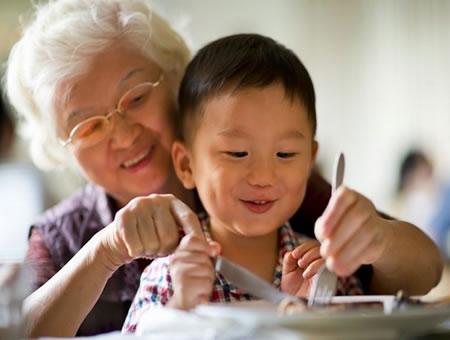 Abuela cuidando a nieto