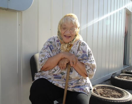 Anciana feliz con buena autoestima