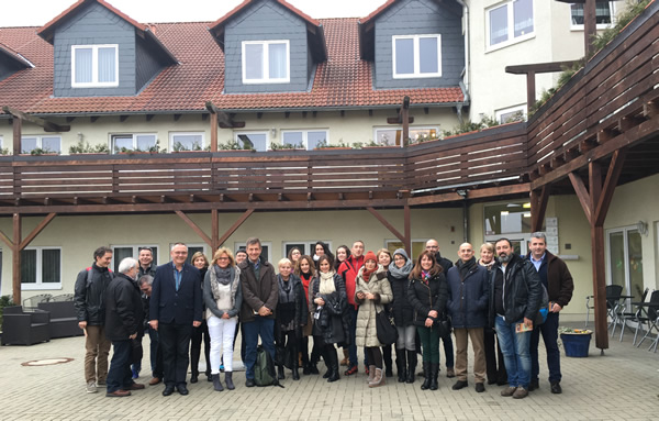 El grupo en la entrada de la residencia geriatrica