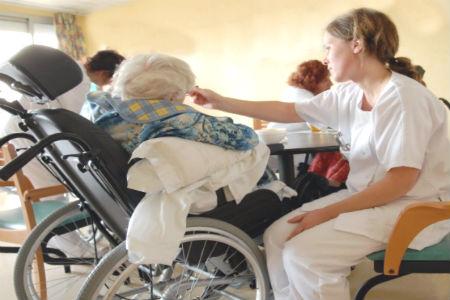 enfermera-en-una-residencia-de-ancianos