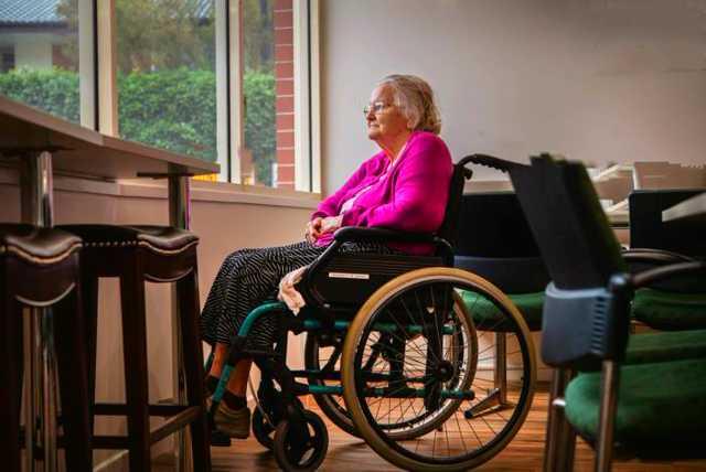 señora silla de ruedas
