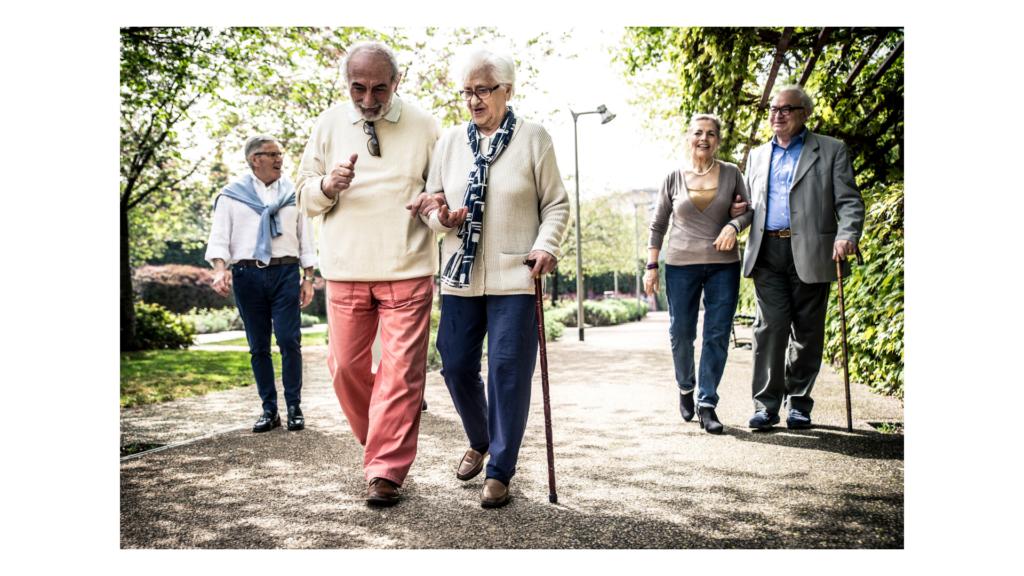 Caminar aporta muchos beneficios para la salud de las personas mayores
