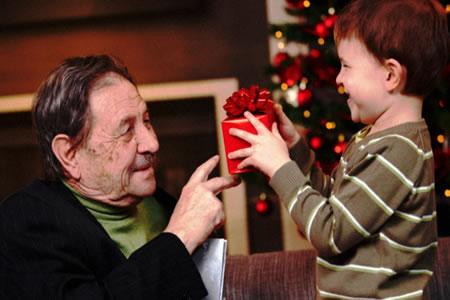 Gente Feliz En Navidad.Celebrar Una Feliz Navidad Con Una Persona Con Alzheimer En Casa