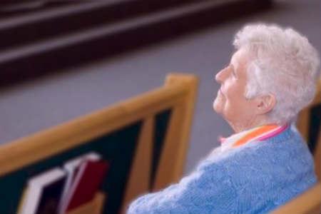 Ancianos que van a misa
