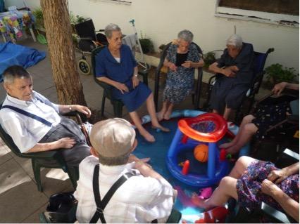 Pescando en la piscina en residencia Domus Astri