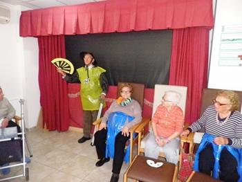 Actuació durant el carnaval en residència de Gent Gran Les Oliveres a Cervelló